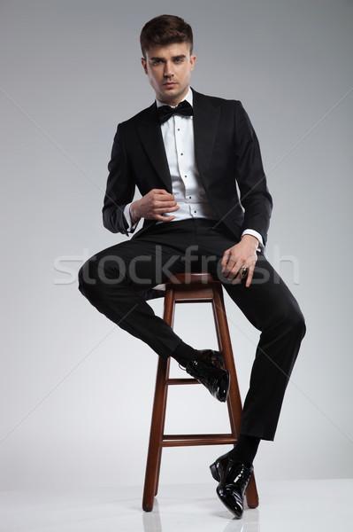 Sexy eleganten Mann schwarz Smoking Sitzung Stock foto © feedough