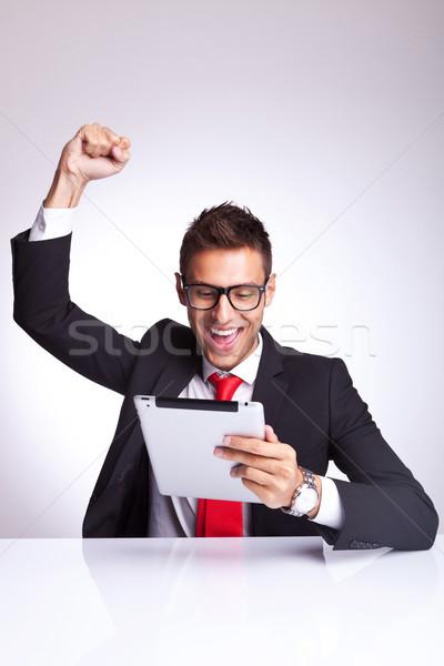 Urlando gioia lettura una buona notizia tablet giovani Foto d'archivio © feedough