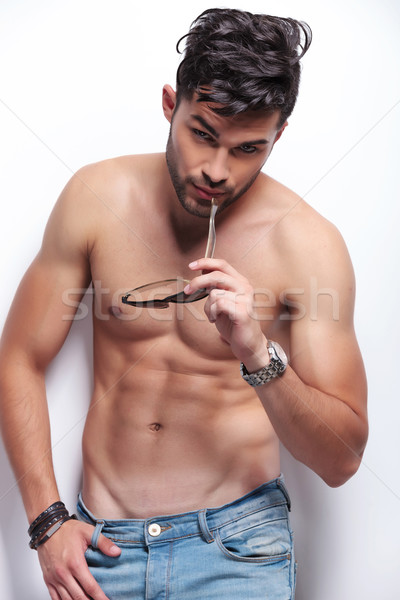 Top-less joven gafas de sol jóvenes hombre mirando Foto stock © feedough