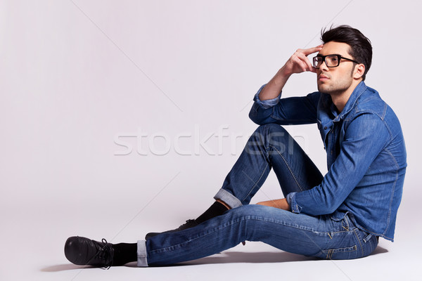 Mode man vergadering denken zijaanzicht toevallig Stockfoto © feedough