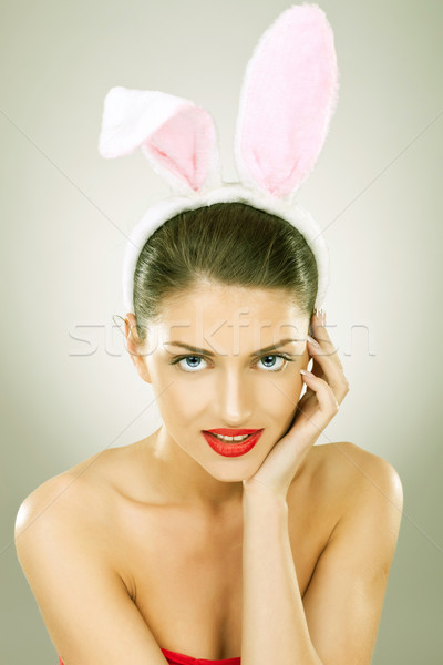 Souriant belle femme lapin oreilles tête Photo stock © feedough