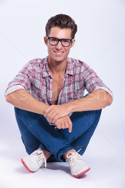 Lezser férfi lábak keresztbe fiatalember ül mosolyog Stock fotó © feedough