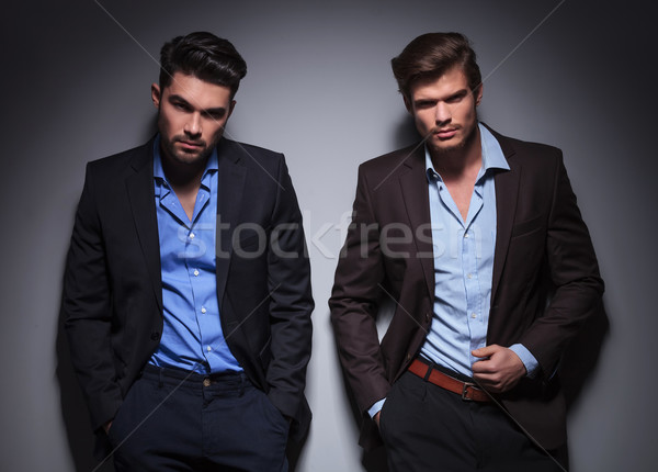 Grave masculina modelos posando gris pared Foto stock © feedough
