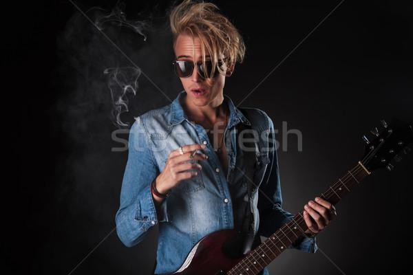 étonné jeunes guitariste fumer cigarette studio Photo stock © feedough