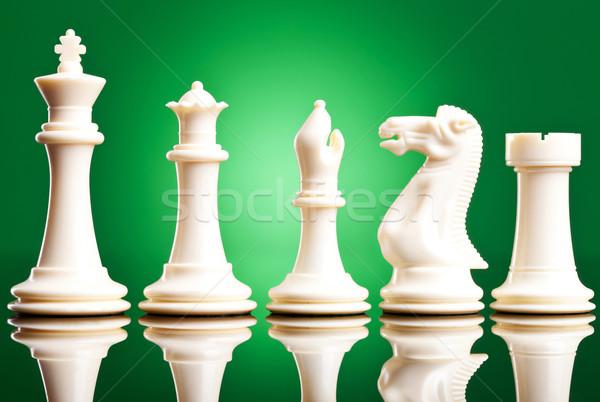 Blanco piezas de ajedrez para verde caballo Foto stock © feedough
