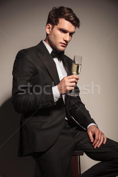 Genç zarif iş adamı oturma sandalye yandan görünüş Stok fotoğraf © feedough