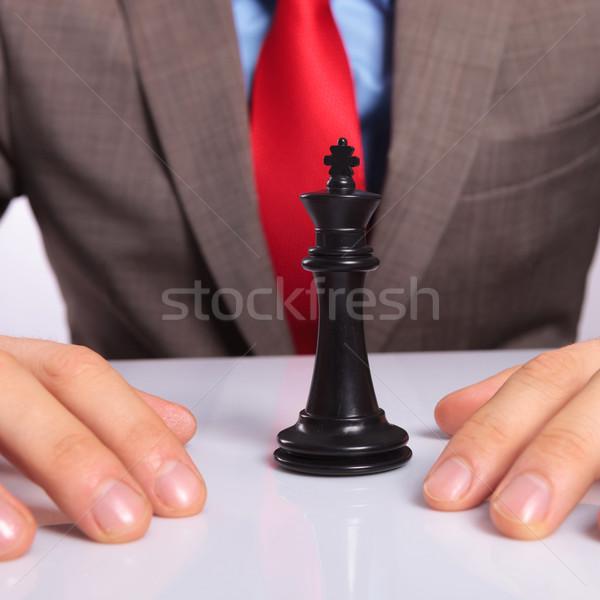 Jóvenes hombre de negocios negro rey del ajedrez primer plano manos Foto stock © feedough