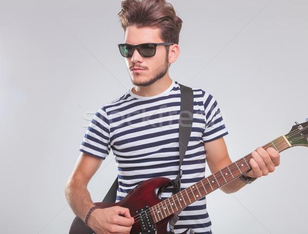 Fiatalember játszik elektromos gitár stúdió portré másfelé néz Stock fotó © feedough