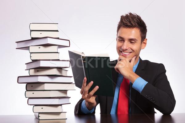 Сток-фото: человека · столе · чтение · книга · молодые · деловой · человек