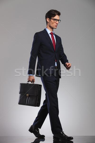 Foto stock: Jóvenes · empresario · gafas · maleta · caminando