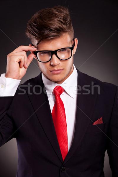 Stock fotó: üzletember · tart · szemüveg · portré · töprengő · sötét