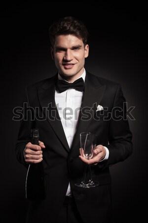 Boldog fiatal elegáns férfi mosolyog kamerába Stock fotó © feedough