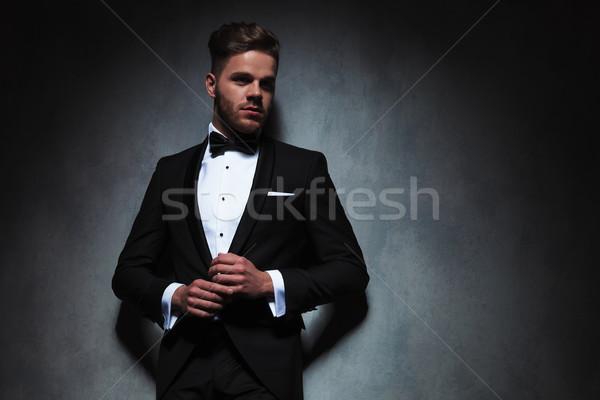 Sexy man zwarte smoking holding handen samen Stockfoto © feedough