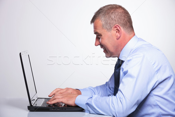 Idős üzletember laptop oldalnézet férfi ír Stock fotó © feedough