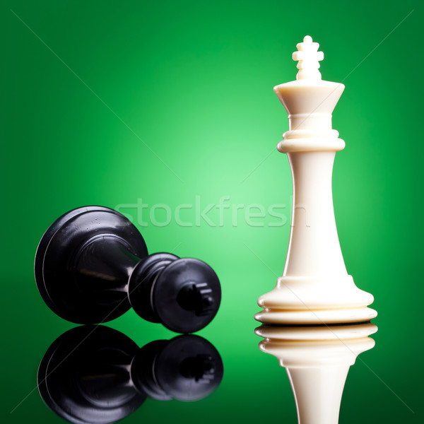 Mağlup beyaz kral aşağı siyah beyaz satranç Stok fotoğraf © feedough