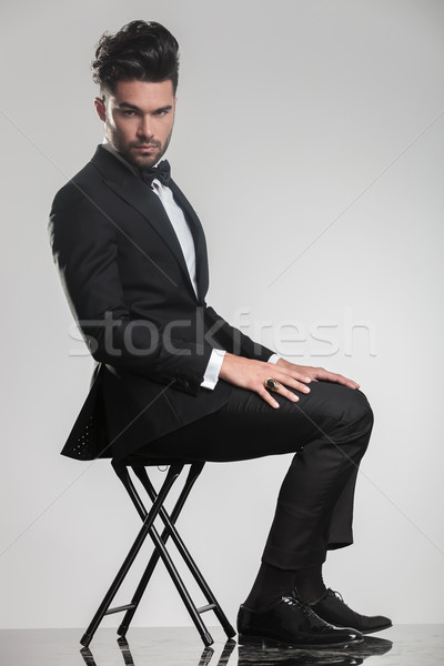 Elegante man smoking vergadering kruk zijaanzicht Stockfoto © feedough