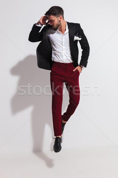 Elegancki przypadkowy człowiek skoki patrząc w dół strona Zdjęcia stock © feedough