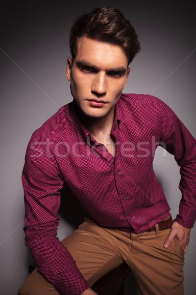 Giovani bello casuale uomo seduta sgabello Foto d'archivio © feedough