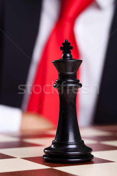 Primer plano Foto negro rey del ajedrez solo tablero de ajedrez Foto stock © feedough