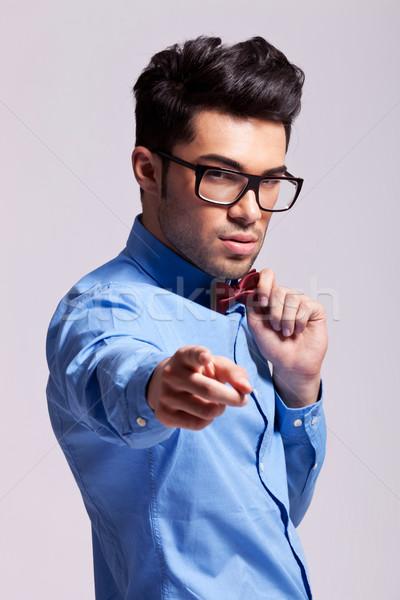 Férfi visel csokornyakkendő mutat kamerába elegáns Stock fotó © feedough