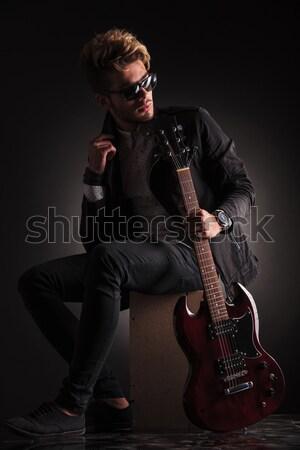 Vue de côté jeunes guitariste séance regarder Retour Photo stock © feedough