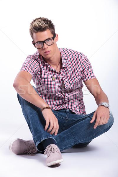 Lezser férfi lábak keresztbe fiatalember ül padló Stock fotó © feedough