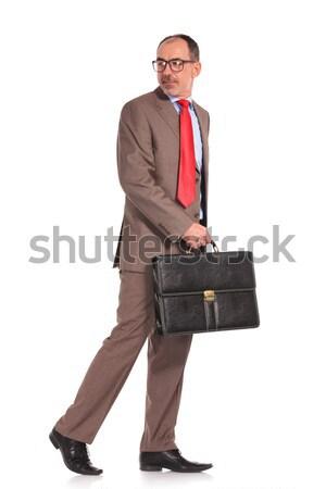 Vista lateral caminando empresario mirando atrás edad Foto stock © feedough