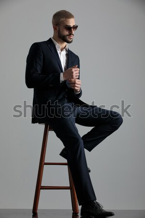 Bello giovane seduta sgabello guardando Foto d'archivio © feedough
