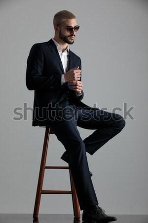 Knap jonge man smoking vergadering kruk naar Stockfoto © feedough