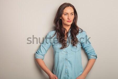 Jonge toevallig vrouw vergadering hand nek Stockfoto © feedough