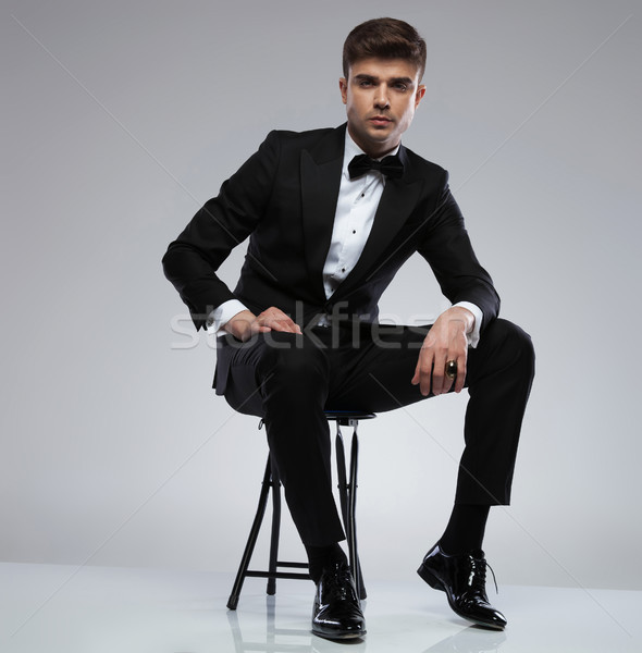 Sexy man zwarte smoking vergadering Stockfoto © feedough