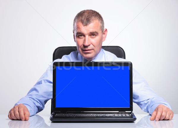 öreg üzletember asztal üres képernyő laptop Stock fotó © feedough