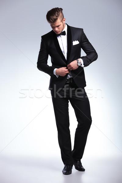 Uomo d'affari guardando verso il basso foto elegante giovani Foto d'archivio © feedough