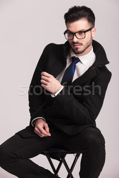 Hideg fiatal üzletember ül zsámoly egy Stock fotó © feedough