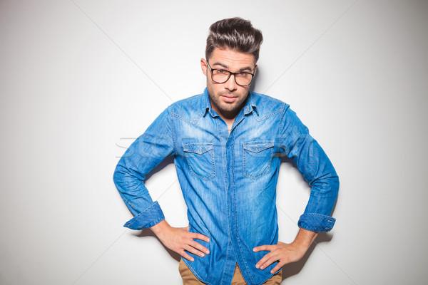 Giovani Smart uomo guardando fotocamera indossare Foto d'archivio © feedough