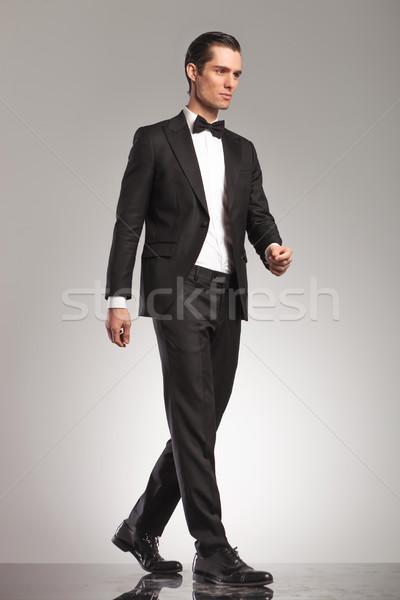 Foto elegante man smoking lopen Stockfoto © feedough