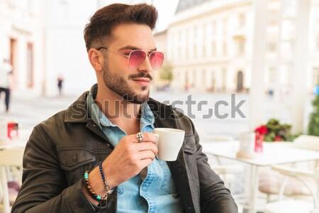 Retrato orgulhoso homem óculos de sol café fora Foto stock © feedough