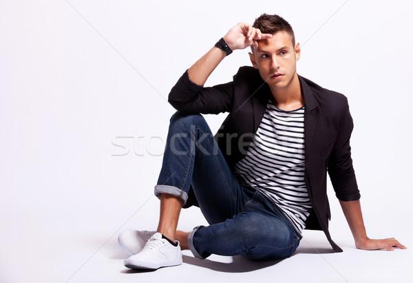 Divatos fiatal lezser férfi ül néz Stock fotó © feedough
