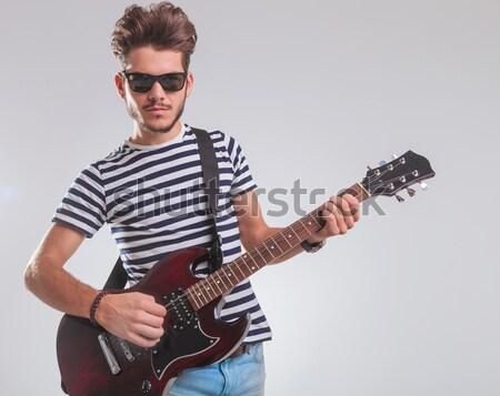 Estrela do rock óculos de sol guitarra elétrica cinza homens Foto stock © feedough