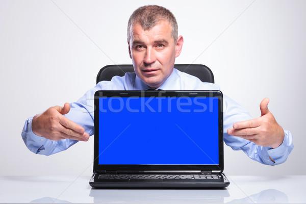 öreg üzletember ajándékok laptop idős férfi Stock fotó © feedough