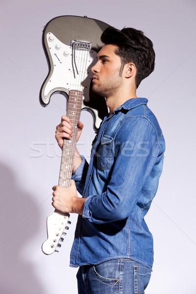 Genç gitarist elektrogitar yandan görünüş gri Stok fotoğraf © feedough