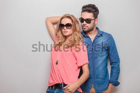 Para stanowią studio ręce patrząc blisko Zdjęcia stock © feedough