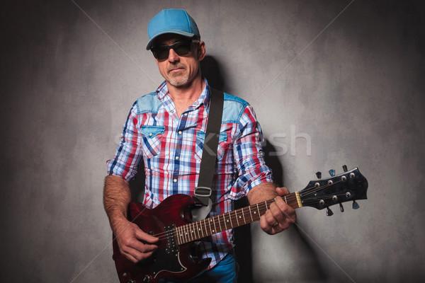 Ciddi eski gitarist oynama elektrogitar ayakta Stok fotoğraf © feedough