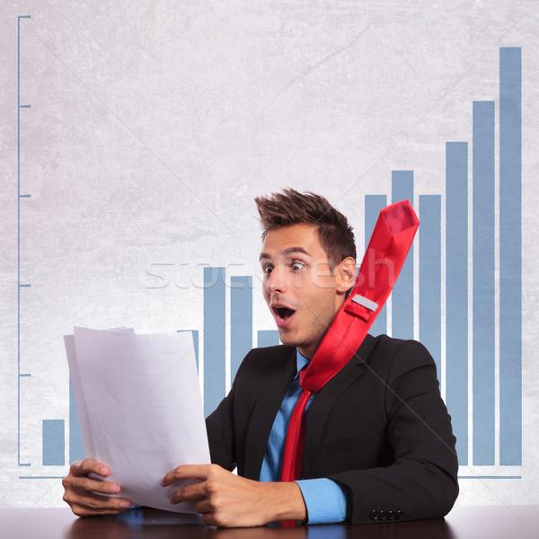 Uomo d'affari battenti cravatta lettura una buona notizia eccitato Foto d'archivio © feedough