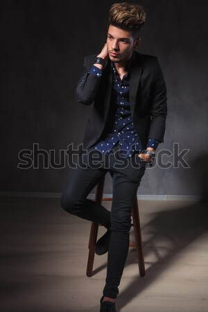 Foto stock: Vista · lateral · moda · hombre · confuso · pelo · gafas · de · sol