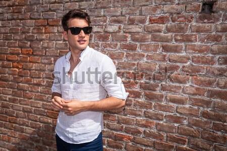 Sovány férfi póz kívül ül kéz Stock fotó © feedough