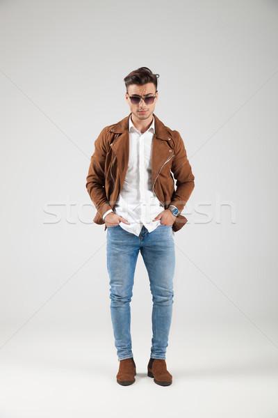 Jovem casual homem jaqueta de couro óculos de sol Foto stock © feedough
