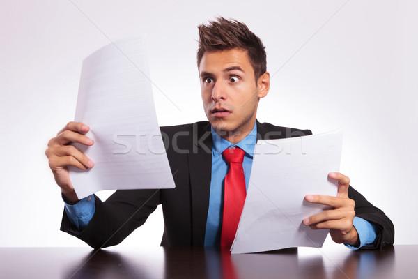 Meglepődött férfi levél asztal fiatal üzletember Stock fotó © feedough