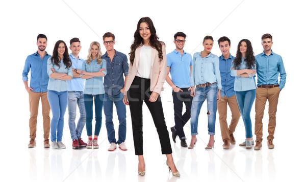 Jonge toevallig team zakenvrouw leider permanente Stockfoto © feedough