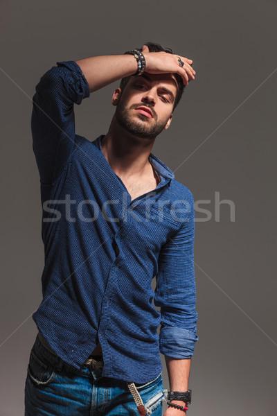 Jovem moda homem mão testa Foto stock © feedough